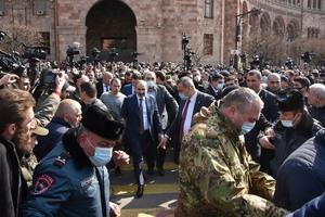 Pashinyan (centro) rodeado de simpatizantes enla Plaza de la República de Ereván. (Fuente: AFP)