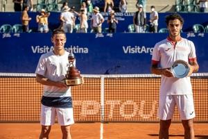 Peque Schwartzman y Fran Cerúndolo durante la premiación del Argentina Open. (Fuente: Prensa Argentina Open)