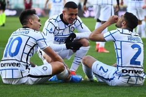 Lautaro, Alexis Sánchez y Hakimi celebran el gol del argentino. (Fuente: Twitter Inter)