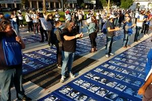 Grupos de 12 personas con la distancia necesaria de dos metros entre cada una sostuvieron los 13 paños con los rostros de los desaparecidos, extendidos desde la Pirámide de Mayo hasta la calle Bolivar. (Fuente: Adrián Pérez)