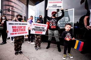 Miembros de lacomunidad armenia de Los Angeles celebran el anuncio de Biden. (Fuente: EFE)