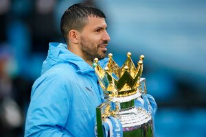 La Copa que le dieron al City, y que era muy pesada para Agüero (Fuente: EFE)