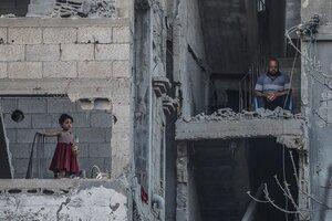 Una familia en Gaza, tras los bombardeos. (Fuente: EFE)