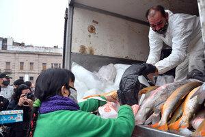 Con una feria frente al Congreso, pescadores artesanales organizados en la Unión de Trabajadores de la Economía Popular ofrecieron 12 toneladas de pescado fresco a 100 pesos el kilo, del productor al consumidor . (Fuente: Télam)