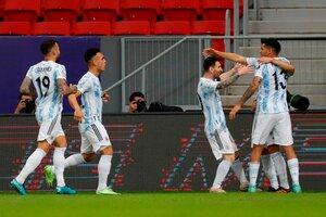 Los jugadores argentinos se acercan a celebrar con Guido Rodríguez (Fuente: EFE)