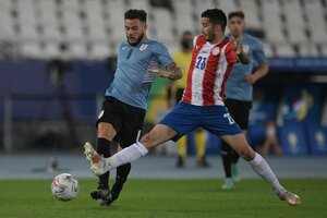 Villasanti cruza a Nández. Ganó Uruguay. (Fuente: AFP)