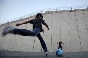 Los chicos juegan con un pelota en Cisjordania (Fuente: AFP)