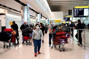 En el aeropuerto londinense de Heathrow habilitarán filas especiales para vacunados contra la covid. (Fuente: EFE)