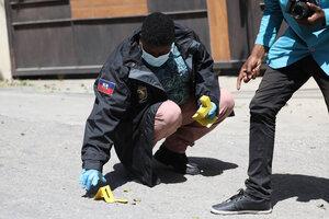 Miembros de la policía forense marcan pruebas frenta al palacio presidencial en Puerto Príncipe. (Fuente: AFP)