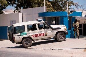 Un policía vigila el destacamento donde se encuentran detenidos los sospechosos de haber asesinado al presidente haitiano Jovenel Moise. (Fuente: EFE)