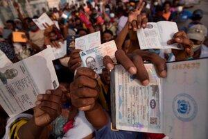 Cientos de haitianos se congregan frente a la sede de la embajada de Estados Unidos con la esperanza de que les concedan un visa para abandonar su país. (Fuente: EFE)
