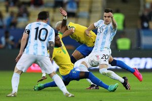 Jugadores de Argentina y Brasil disputan el balón en la final de la Copa América.
