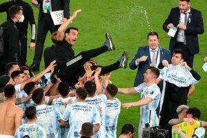 Lionel Scaloni, lanzado por los aires por sus propios jugadores. (Fuente: EFE)