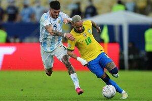 Neymar y De Paul se disputan la posesión de la pelota (Fuente: Fotobaires)