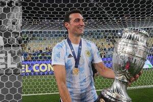 Un exultante Scaloni sostiene la Copa América obtenida en Brasil. (Fuente: @Argentina)