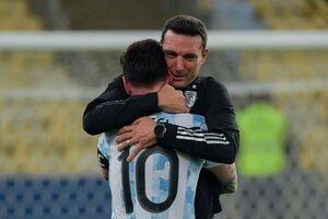 El abrazo entre Scaloni y Messi tras ganar la Copa América en el Maracaná. (Fuente: AFP)