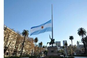La bandera a media asta en Plaza de Mayo. (Fuente: Sandra Cartasso)