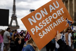 """""""No al pasaporte sanitario"""", fue uno de los lemas de la protesta en Francia. (Fuente: EFE)"""