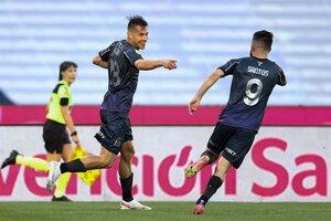 Auzqui celebra con Santos el primer gol de Talleres. (Fuente: NA)