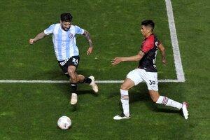 Castro enfrenta la marca de Elías Gómez. Argentinos le ganó a Newell's. (Fuente: Julio Martín Mancini)
