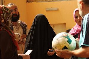 Las chicas del equipo, incluidas las más combativas, entrenan y juegan con pantalones largos y hiyab.