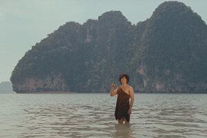 Una publicidad protagonizada por un famoso actor y cantante tailandés también forma parte del film.