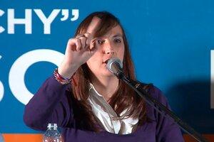 """María Luz """"Luchy"""" Alonso, actual Secretaria del Senado y precandidata a senadora nacional por el Frente de Todos, incorporó en el marco de la campaña electoral intérpretes de lengua de señas."""