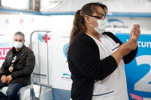 La Provincia de Buenos Aires ya envió 1.200.000 citaciones para aplicar la segunda dosis de Oxford/AstraZeneca y Sinopharm. En CABA, este lunes y martes se vacunan las segundas dosis de AstraZeneca y el miércoles las de Sinopharm. (Fuente: Carolina Camps)