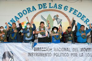 El jefe nacional del MAS Evo Morales (c) y el presidente de Bolivia Luis Arce (3i), presiden el inicio del Congreso. (Fuente: EFE)