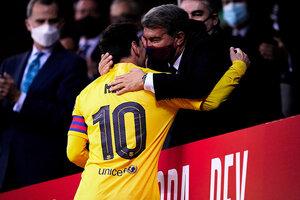 Messi se saluda con Joan Laporta