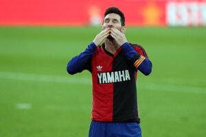 Messi saluda a los hinchas del equipo culé con la casaca de Newell's, el día del tributo a Maradona.