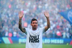 Messi saluda a los hinchas dentro del campo de juego (Fuente: EFE)