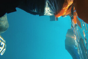 Un registro de una urgencia apabullante, filmado con la cámara acuática que Alzakout ató a su chaleco salvavidas.