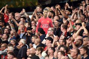 La gigantografía de Cristiano entre los hinchas del United (Fuente: AFP)