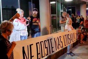 Los antivacuna eslovenos se manifiestan en la entrada al estudio de televisión. (Fuente: Twitter)