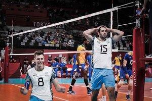 De Cecco se toma la cabeza tras la obtención de la medalla de bronce. A su lado, Agustín Loser (Fuente: Prensa feva)