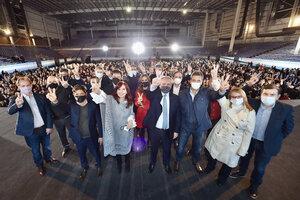 Alberto Fernández y Cristina Fernández de Kirchner rodeados de gobernadores en Tecnópolis.