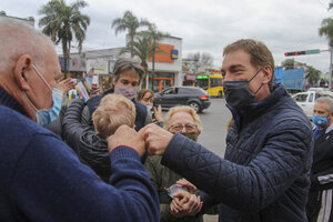 Diego Santilli, primer candidato a diputado de Juntos, durante una recorrida por Tigre. (Fuente: NA)