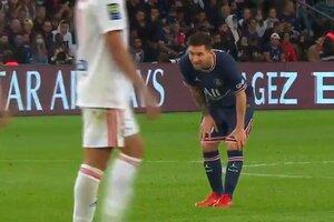 Messi revisó su rodilla izquierda durante el partido ante el Lyon (Fuente: Imagen de video)