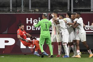 Oukidja vuela tras el empujón de Neymar. Mbappé, bien custodiado (Fuente: AFP)