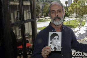 Claudio Morresi con la foto de su hermano Norberto, uno de los hinchas al que se le restituirá su carnet (Fuente: Bernardino Avila)