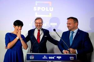 Petr Fiala (centro), candidato a primer ministro de la coalición opositora, festeja con sus seguidores en Praga. (Fuente: EFE)