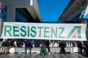 Los trabajadores resisten en Roma el cierre de Alitalia (Fuente: EFE)