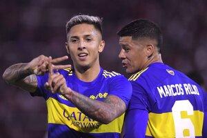 Almendra celebra el primero con Rojo, quien señaló el 3-0 para Boca (Fuente: Télam)