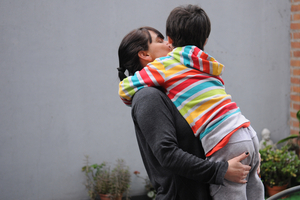 Vittorio en brazos de su madre, Karina. (Fuente: Guadalupe Lombardo)