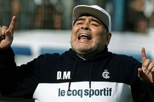 Diego Armando Maradona debutará este domingo a las 11 como DT de Gimnasia y Esgrima, y el indie mira atento.