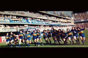 Las campeonas del torneo femenino de 1992, dan la vuelta olímpica.