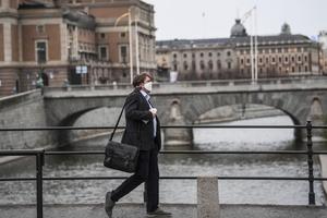 La política sanitaria sueca de mayor flexibilidad no detuvo el derrumbe de su economía. (Fuente: AFP)