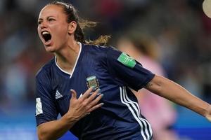 Florencia Bonsegundo festeja el histórico gol que sirvió para empatar 3-3 después de estar 0-3. (Fuente: FIFA)