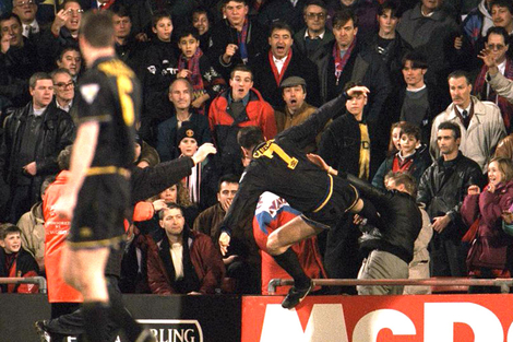 Reacción del jugador Erica Cantona, jugando en el Manchester United, ante el insulto xenófobo de un barrabrava
